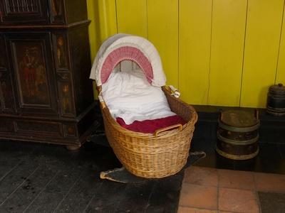 Kinderbett bleibt leer, weil Eltern Faken schaffen.